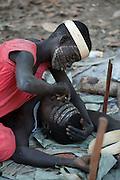 Etalé maquille avec délicatesse son mari, Takoulou. C'est l'un des meilleurs chasseurs du clan. Il se laisse faire sans bouger. Les Jarawas se choisissent et vivent ensemble toute leur vie. Ils n'ont que deux ou trois enfants par couple.