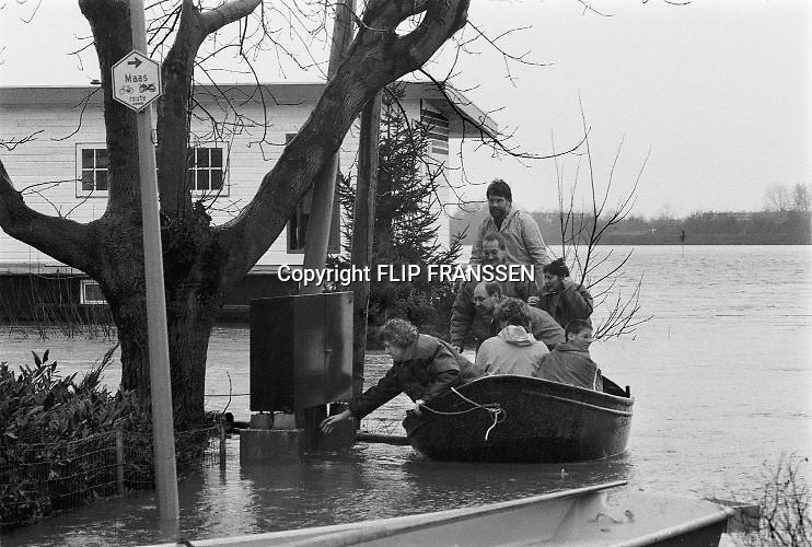 Nederland, Mook, 01-02-1995Eind januari, begin februari 1995 steeg het water van de Rijn, Maas en Waal tot record hoogte van 16,64 m. bij Lobith. Een evacuatie van 250.000 mensen was noodzakelijk vanwege het gevaar voor dijkdoorbraak en overstroming. op verschillende zwakke punten werd geprobeerd de dijken te versterken met zandzakken. Late January, early February 1995 increased the water of the Rhine, Maas and Waal to a record high of 16.64 meters at Lobith. An evacuation of 250,000 people was needed because of flood risk. At several points people tried to reinforce the dikes with sandbags. Foto: Flip Franssen/Hollandse Hoogte