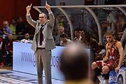 DESCRIZIONE : Cremona Lega A 2015-16 Play Off gara 1 Vanoli Cremona Umana Reyer Venezia <br /> GIOCATORE : De Raffaele Walter<br /> CATEGORIA :  Fair play<br /> SQUADRA : Umana Reyer Venezia<br /> EVENTO : Campionato Lega A 2015-2016 GARA : Vanoli Cremona vs Umana Reyer Play Off gara 1<br /> DATA : 08/05/2016 <br /> SPORT : Pallacanestro <br /> AUTORE : Agenzia Ciamillo-Castoria/I.Mancini<br /> Galleria : Lega Basket A 2015-2016 Fotonotizia : Cremona Lega A 2015-16 PlayOff Gara 1  Vanoli Cremona Umana Reyer Venezia