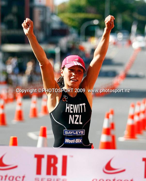 Women's Elite winner Andrea Hewitt crosses the finish line during the Contact Tri Series Triathlon, Takapuna, Auckland, New Zealand. Saturday 21st February 2009. Photo: Simon Watts/PHOTOSPORT