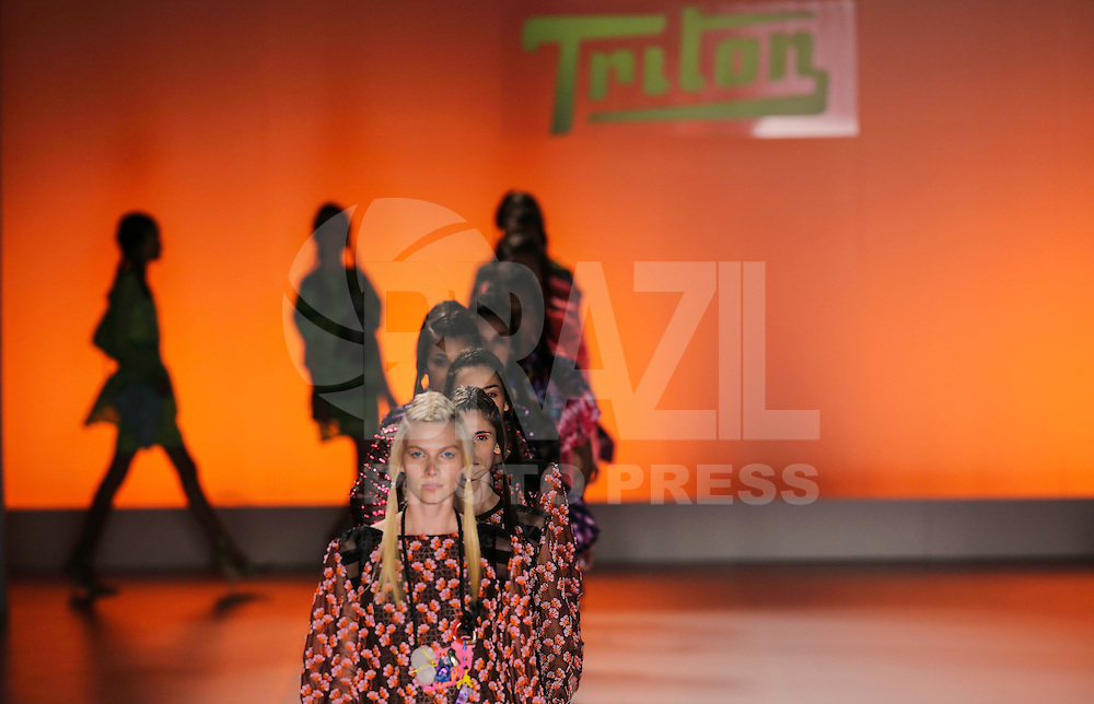 SAO PAULO, SP, 20 MARÇO 2013 - SPFW - TRITON - Modelo durante desfile da grife Triton coleção Primavera-Verão 2013/14, em desfile da São Paulo Fashion Week (SPFW) na Bienal do Ibirapuera na região sul da capital paulista nesta quarta-feira, 20. (FOTO: WILLIAM VOLCOV / BRAZIL PHOTO PRESS).