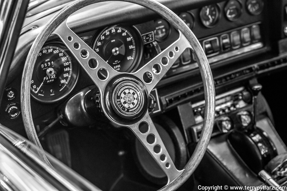 Jaguar E-Type 4.2 dash black and white