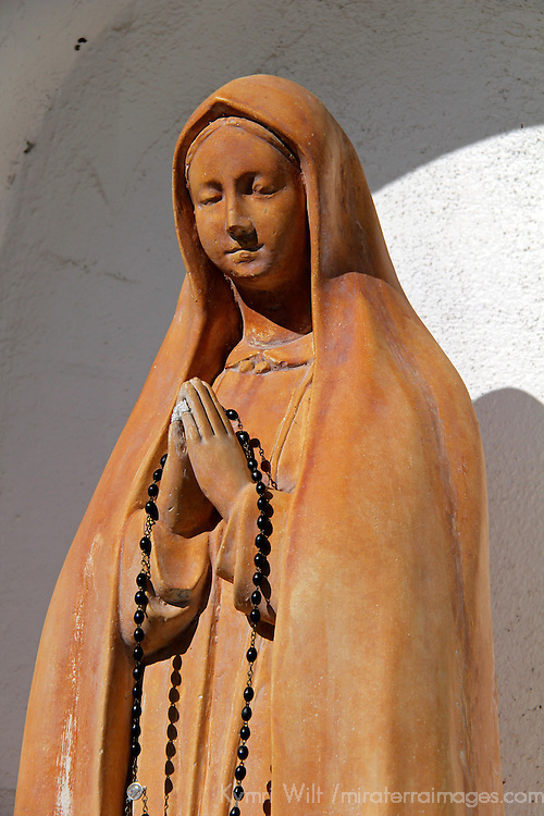 USA, California, Oceanside. Statue at Old Mission San Luis Rey de Francia.