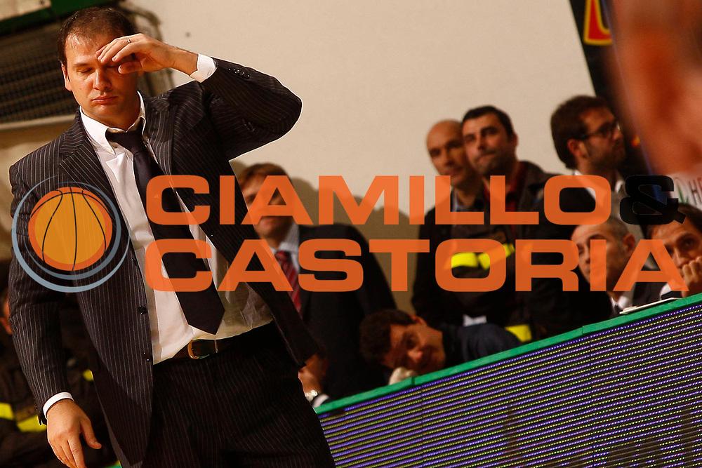DESCRIZIONE : Siena Lega A 2009-10 Montepaschi Siena Lottomatica Virtus Roma<br /> GIOCATORE : Nando Gentile<br /> SQUADRA : Lottomatica Virtus Roma<br /> EVENTO : Campionato Lega A 2009-2010<br /> GARA : Montepaschi Siena Lottomatica Virtus Roma<br /> DATA : 22/11/2009<br /> CATEGORIA : coach ritratto delusione<br /> SPORT : Pallacanestro<br /> AUTORE : Agenzia Ciamillo-Castoria/P.Lazzeroni<br /> Galleria : Lega Basket A 2009-2010<br /> Fotonotizia : Siena Campionato Italiano Lega A 2009-2010 Montepaschi Siena Lottomatica Virtus Roma<br /> Predefinita :
