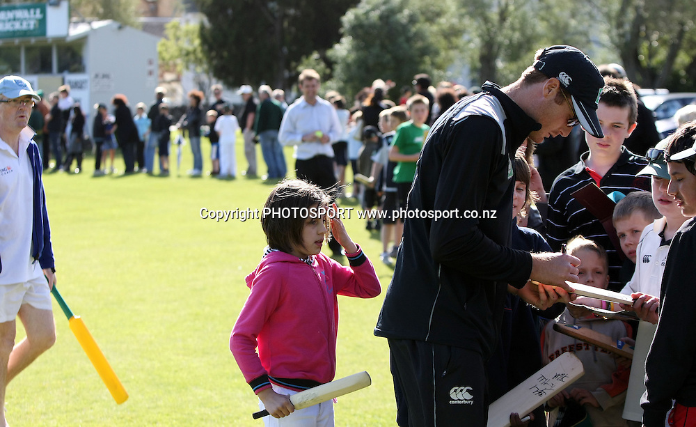 Martin Guptill signs some autographs as the line lengthens in the background.<br />