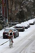 Een meisje rijdt door de sneeuw de Van Pallandstraat in Arnhem naar beneden.<br /> <br /> A girl is cycling downhill at the Van Pallandstraat in Arnhem in the snow.