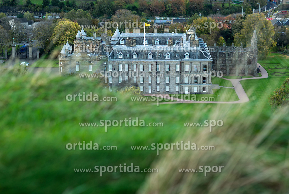 THEMENBILD - Holyrood Palace ist der Sitz der britischen Königin in Schottland. Schottlands Hauptstadt Edinburgh ist die zweitgrößte Stadt Schottlands. Aufgenommen am 27.10.2014 in Edinburgh, Schottland // Palace of Holyroodhouse is the official residence of the British monarch in Scotland. Edinburgh, capital city of scotland. Edinburgh, Scotland on 2014/10/27. EXPA Pictures © 2014, PhotoCredit: EXPA/ Michael Gruber
