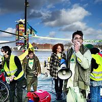 Nederland, Amsterdam , 22 februari 2014.<br /> verkiezingscampagne van De Groenen.<br />  Bij de pont achter het Centraal Station gaat lijsttrekker Ronald Schonberger van de Groenen  scooterrijders op vervuiling wijzen..<br /> Foto:Jean-Pierre Jans
