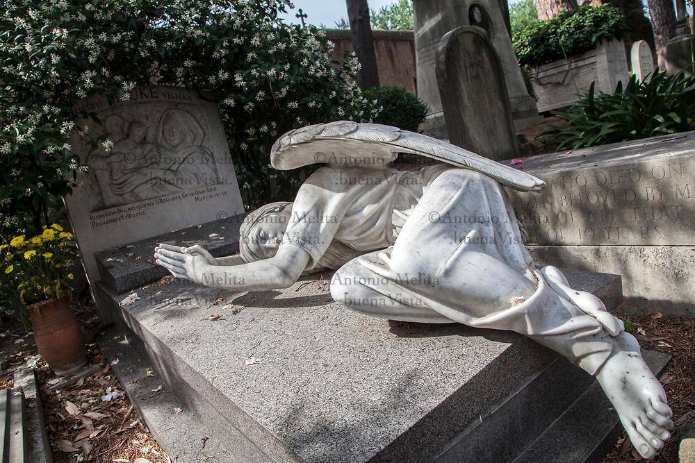 Cimitero acattolico di Roma nel quartiere Testaccio: l'angelo del dolore dello scultore statunitense William Wetmore Story.