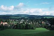 Deutschland, Germany,Baden-Wuerttemberg.Schwarzwald.Hinterzarten: Landschaft mit Wiese und Blick auf Ort mit Kirche.Hinterzarten: landscape with meadow and village...