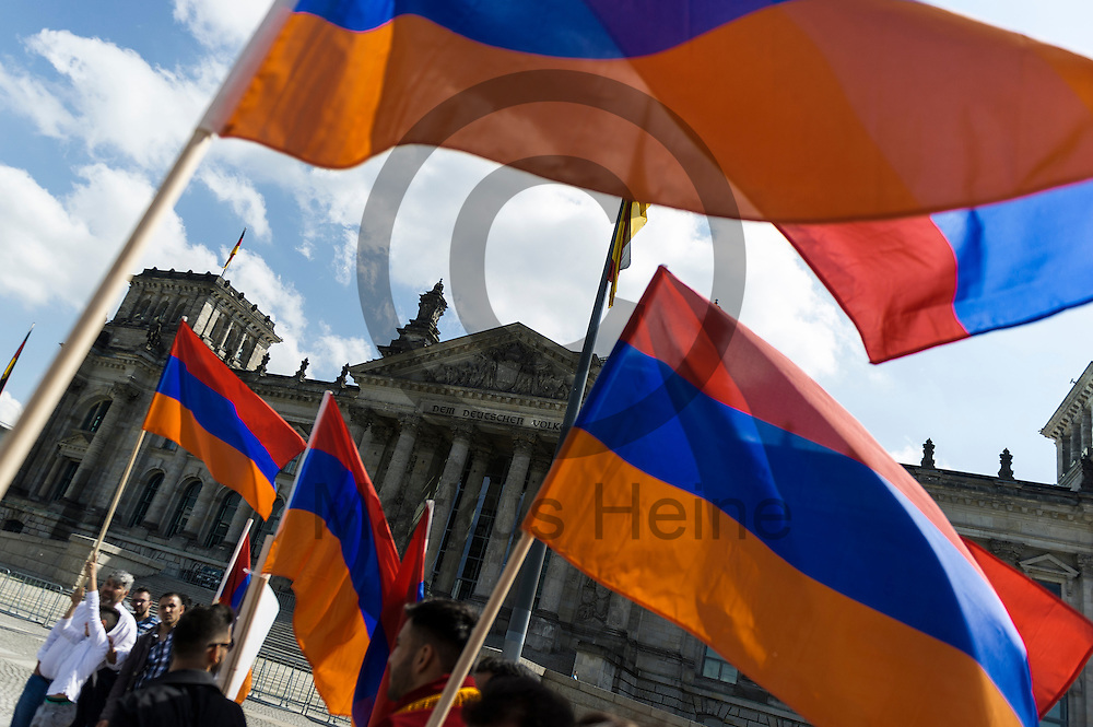 Demonstranten mit einer Armenien Fahne stehen w&auml;hrend der Proteste von Armeniern am 02.06.2016 vor dem Bundestag in Berlin, Deutschland. Mehrere Hundert Menschen Demonstrierten vor dem Bundestag f&uuml;r eine Anerkennung des V&ouml;lkermords an den Armeniern durch den Bundestag. Foto: Markus Heine / heineimaging<br /> <br /> ------------------------------<br /> <br /> Ver&ouml;ffentlichung nur mit Fotografennennung, sowie gegen Honorar und Belegexemplar.<br /> <br /> Bankverbindung:<br /> IBAN: DE65660908000004437497<br /> BIC CODE: GENODE61BBB<br /> Badische Beamten Bank Karlsruhe<br /> <br /> USt-IdNr: DE291853306<br /> <br /> Please note:<br /> All rights reserved! Don't publish without copyright!<br /> <br /> Stand: 06.2016<br /> <br /> ------------------------------w&auml;hrend der Proteste von Armeniern am 02.06.2016 vor dem Bundestag in Berlin, Deutschland. Mehrere Hundert Menschen Demonstrierten vor dem Bundestag f&uuml;r eine Anerkennung des V&ouml;lkermords an den Armeniern durch den Bundestag. Foto: Markus Heine / heineimaging<br /> <br /> ------------------------------<br /> <br /> Ver&ouml;ffentlichung nur mit Fotografennennung, sowie gegen Honorar und Belegexemplar.<br /> <br /> Bankverbindung:<br /> IBAN: DE65660908000004437497<br /> BIC CODE: GENODE61BBB<br /> Badische Beamten Bank Karlsruhe<br /> <br /> USt-IdNr: DE291853306<br /> <br /> Please note:<br /> All rights reserved! Don't publish without copyright!<br /> <br /> Stand: 06.2016<br /> <br /> ------------------------------