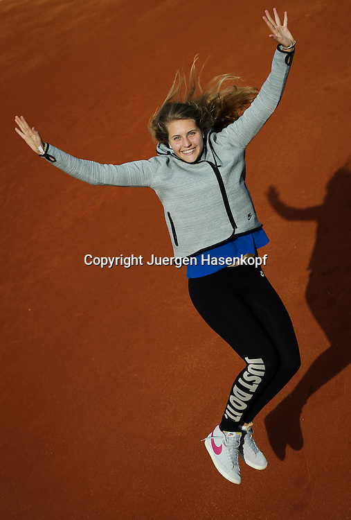 Tennis Profi Antonia Lottner (GER) springt hoch,Freude,Spass,<br /> Einzelbild,Ganzkoerper,Hochformat,<br /> privat