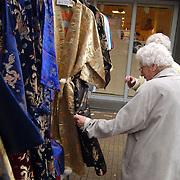 Pasar Senang 2002 Huizen, oudere dames met Indische kleding