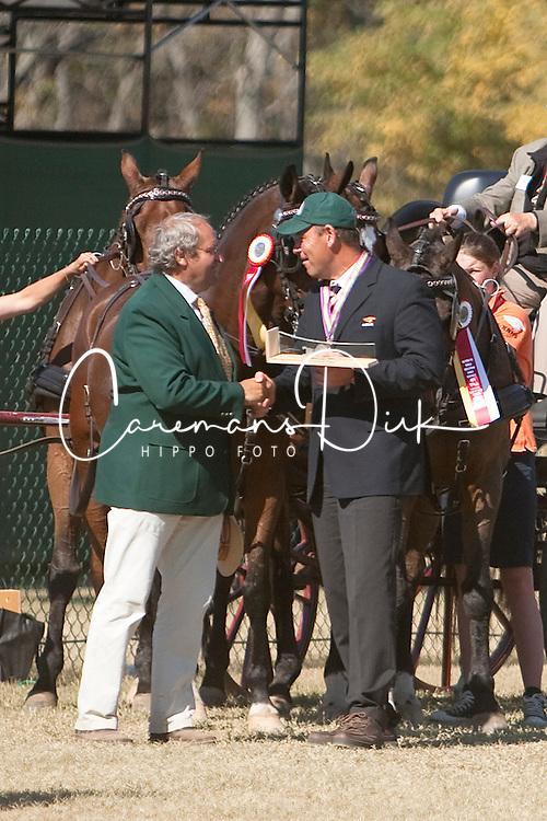 Peter Bonhof ontvangt de Max Minekus prijs uit handen van Ijsbrandt Chardon<br /> Alltech FEI World Equestrian Games <br /> Lexington - Kentucky 2010<br /> &copy; Hippo Foto - Dirk Caremans