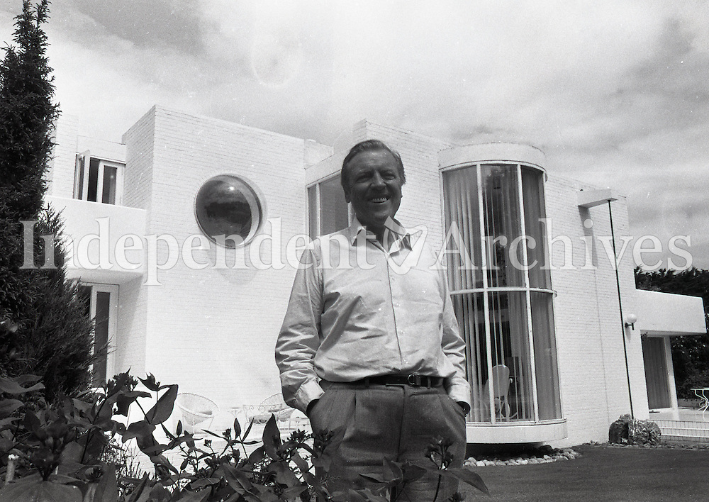 Eamonn Andrews, presenter of This Is Your Life, at home. 1986 (Part of the Independent Newspapers/NLI Collection)