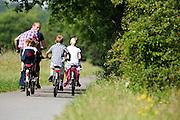 In de buurt van Hollandsche Rading rijdt een gezin op de fiets.<br /> <br /> Near Hollandsche Rading a family rides on bikes.