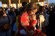 Una mujer participa en la fiesta religiosa  de La Tirana, realizada en honor a la Virgen del Carmen en el pueblo de La Tirana, ubicado 1.773 kilómetros al noreste de Santiago (Chile). La Tirana, población que cuenta con 600 habitantes, recibe entre 200.000 y 250.000 visitantes durante la semana de celebraciones a la que asisten fieles provenientes de diversas partes de Chile, Perú y Bolivia.