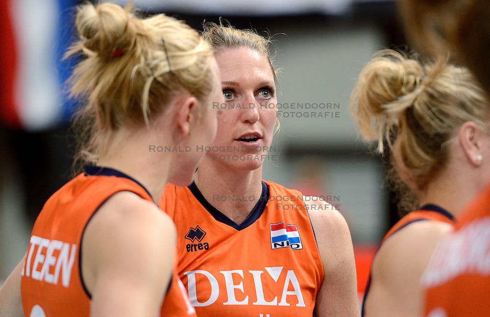 04-10-2015 NED: Volleyball European Championship Final Nederland - Rusland, Rotterdam<br /> Nederland verliest kansloos met 3-0 van het sterke Rusland / Quinta Steenbergen #7