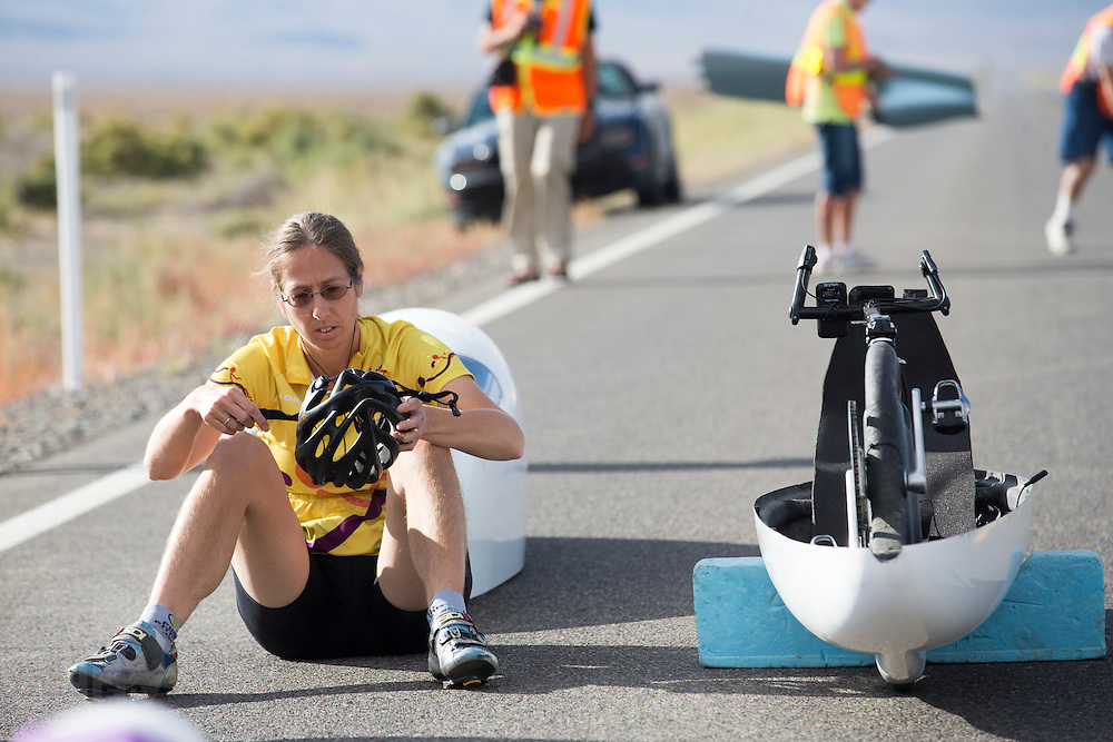 Ellen van Vugt zit klaar bij de start. In Battle Mountain (Nevada) wordt ieder jaar de World Human Powered Speed Challenge gehouden. Tijdens deze wedstrijd wordt geprobeerd zo hard mogelijk te fietsen op pure menskracht. Ze halen snelheden tot 133 km/h. De deelnemers bestaan zowel uit teams van universiteiten als uit hobbyisten. Met de gestroomlijnde fietsen willen ze laten zien wat mogelijk is met menskracht. De speciale ligfietsen kunnen gezien worden als de Formule 1 van het fietsen. De kennis die wordt opgedaan wordt ook gebruikt om duurzaam vervoer verder te ontwikkelen.<br /> <br /> Ellen van Vugt is ready at start. In Battle Mountain (Nevada) each year the World Human Powered Speed Challenge is held. During this race they try to ride on pure manpower as hard as possible. Speeds up to 133 km/h are reached. The participants consist of both teams from universities and from hobbyists. With the sleek bikes they want to show what is possible with human power. The special recumbent bicycles can be seen as the Formula 1 of the bicycle. The knowledge gained is also used to develop sustainable transport.