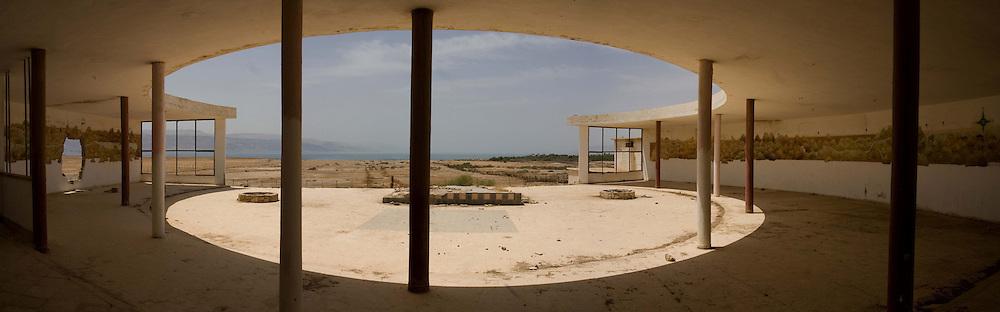Le Lido, situé au nord de la Mer Morte, était un restaurant réputé dans les années 70 lorsque le rivage de la mer était encore au pied de sa terrasse. Israël, mai 2011