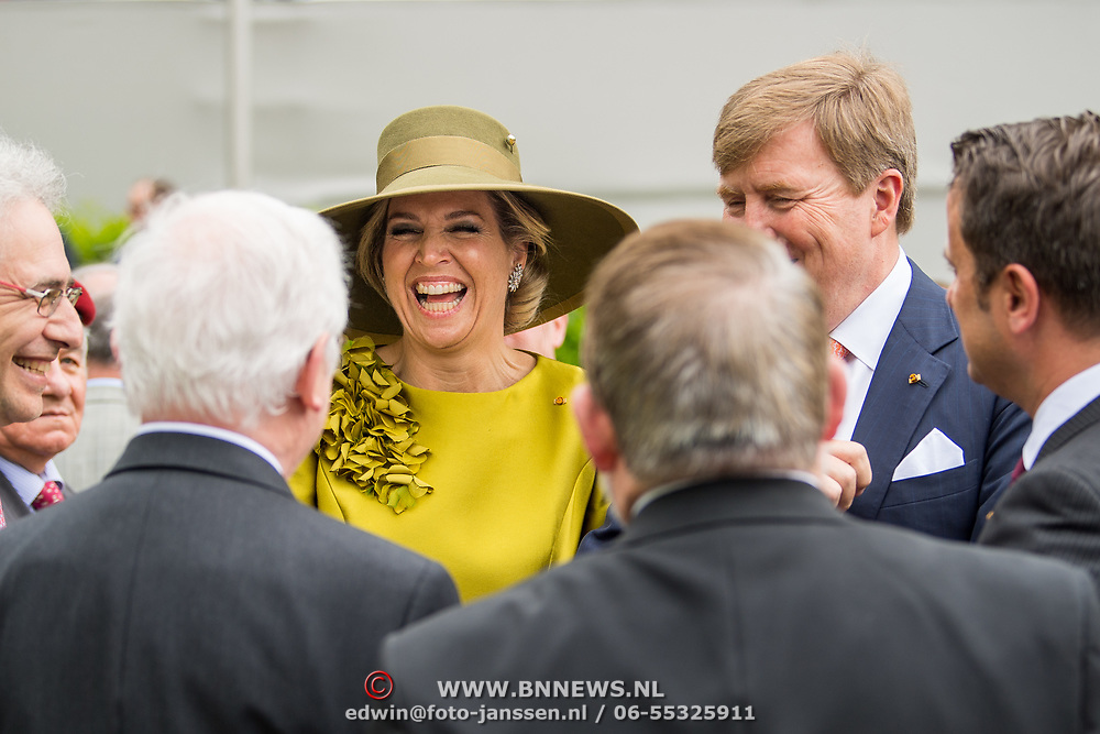 LUX/Luxembug/20180523 - Staatbezoek Luxemburg 2018 dag 1, kranslegging Willem-Alexander en Maxima, prtend met oud militiren