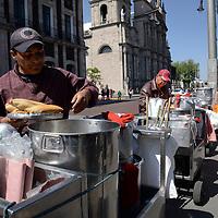Toluca, México.- Comerciantes ambulantes se manifestaron frente a Palacio Municipal de Toluca, instalaron carritos de tamales y con pancartas exigieron a las autoridades municipales se respeten los acuerdos pactados y los dejen trabajar en la zona.  Agencia MVT / Crisanta Espinosa