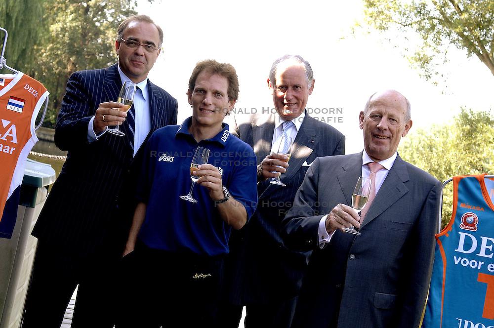 11-09-2006 VOLLEYBAL: PERSCONFERENTIE HOOFDSPONSOR DELA: VINKEVEEN<br /> De NeVoBo heeft uitvaartverzekeraar en - verzorger DELA gepresenteerd als nieuwe hoofdsponsor van het nationale damesteam / Avital Selinger, Edzo Doeve, Hans Nieukerke en Jan van den Bos heffen het champagne glas op het hoofdsponsorschap<br /> &copy;2006-WWW.FOTOHOOGENDOORN.NL