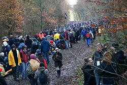 Atomkraftgegner besetzen immer wieder die Gleise der Castortransportstrecke im Waldstück bei Harlingen . Auf den Waldwegen wurden einige kleinere brennende Barrikaden errichtet die,die Polizei aber schnell wieder endfernte. <br /> <br /> Ort: Harlingen<br /> Copyright: Sebastian Conradt<br /> Quelle: PubliXviewinG