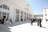 08 JUN 2007, HEILIGENDAMM/GERMANY:<br /> Szene mit wartenden Delegationsmitgliedern verschiedener Staaten vor dem Kurhaus, dem Konferenzort des G8 Gipfels<br /> IMAGE: 20070608-01-011<br /> KEYWORDS: G8 Gipfel