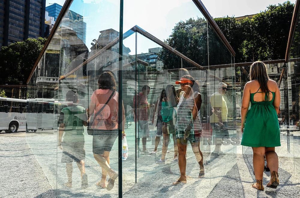 ATENCAO EDITOR: FOTO EMBARGADA PARA VEICULOS INTERNACIONAIS. - RIO DE JANEIRO, RJ, 09 DE SETEMBRO 2012 - LABIRINTO DE VIDRO - Foi inaugurada na ultima sexta feira, 7 de setembro, o Labirinto de Vidro, obra do consegrado artista americano Robert Morris,um dos nomes fundamentais do Minimalismo, que faz parte do projeto Outras Ideias para o Rio, obra interativa onde o publico percorre o labirinto ate achar a saida,em frente ao Restaurante Amarelinho, o Theatro Municipal e a Biblioteca Nacional, na Cinelandia, no centro do Rio de Janeiro.(FOTO: MARCELO FONSECA / BRAZIL PHOTO PRESS).