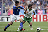 FOOTBALL - CONFEDERATIONS CUP 2005 - GROUP B - JAPAN v MEXICO - 16/06/2005 - PAVEL PARDO (MEX) / MITSUO OGASAWARA (JAP) - - PHOTO GUY JEFFROY /DIGITALSPORT
