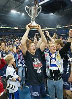 Håndball<br /> Johnny JENSEN mit Pokal SG Flensburg-Handewitt<br /> Handball Pokal Finale HSV Hamburg - SG Flensburg - Handewitt<br /> 02.05.2004<br /> <br /> Foto: Witters/Digitalsport<br /> NORWAY ONLY