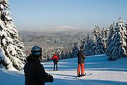 Skigebiet Kleiner Sonnenberg, Brocken im Hintergrund, Schnee, Winter, Harz, Niedersachsen, Deutschland | Ski area Kleiner Sonnenberg, Brocken mountain in Background, snow, winter, Harz, Lower Saxony, Germany