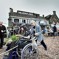 Nederland, Amsterdam , 28 juli 2012..Op de valreep, Polderweg, bestaat een jaar.  Open dag + manifestatie tussen 18 en 21 uur..Op de foto bezoekers van verschillende pluimage en leeftijd bezoeken het feest om het 1 jarig bestaan van de Valreep te vieren...Foto:Jean-Pierre Jans