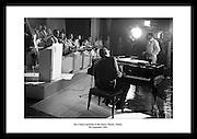 Ray Charles, en pioneer innen soulmusikk ved å blande blues og gospel. En av verdens mest.innflytelsesrike personer på musikk, avbildet på The Gaiety Theatre i 1964. Sort hvitt bilde av.Ray Charles i bursdagsgave, finnes på Irishphotoarchive.ie.