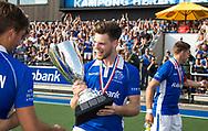 UTRECHT - Lars Balk (Kampong) met de beker.  Landskampioen Kampong na  de finale van de play-offs om de landtitel tussen de heren van Kampong en Amsterdam (2-1).   COPYRIGHT KOEN SUYK
