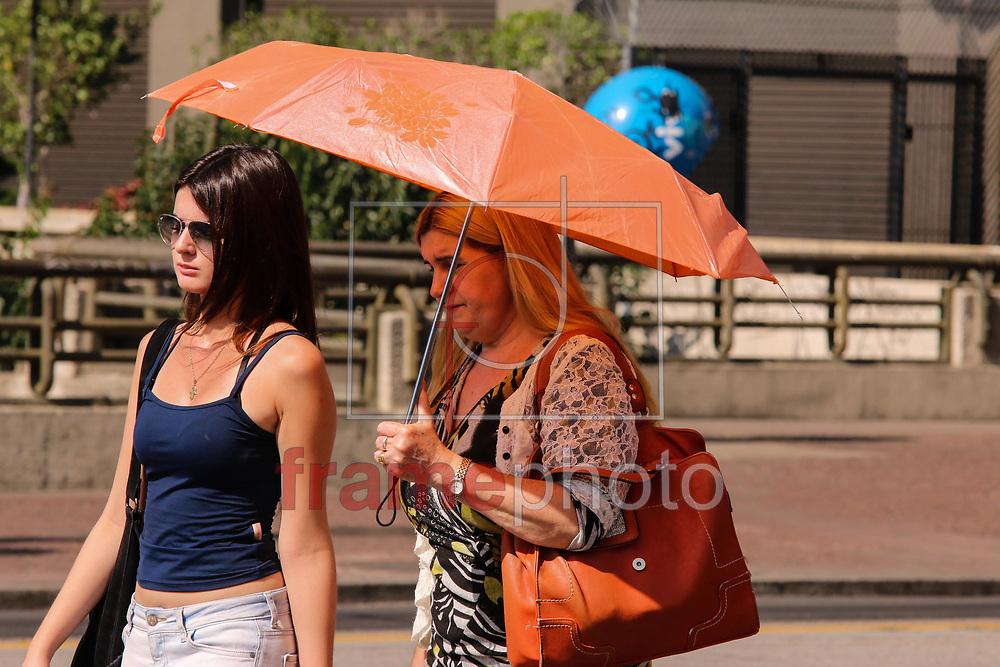 SAO PAULO - SP  21/09/2015 Com termometros marcando trinta e tres graus e sol forte, paulistanos procuram um jeito para amenizar o calor. Foto: Marcelo S. Camargo/Frame