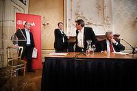 """Nederland. Den Haag, 1 juni 2007. <br /> De Commissie-Vreeman presenteert haar rapport over de gang van zaken die heeft geleid tot verlies van negen Kamerzetels bij de Tweede-Kamerverkiezingen van 2006 . """"De scherven opgeveegd."""".  Wouter Bos en interim voorzitter Ruud Koole schuiven aan bij Ruud Vreeman, Dig Istha maakt plaats.<br /> Foto Martijn Beekman NIET VOOR TROUW, AD, TELEGRAAF, NRC EN HET PAROOL"""