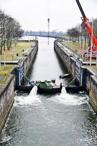 Nederland, The Netherlands, Heumen, 3-1-2017Rijkswaterstaat heeft twee waterpompen laten aanrukken om vanuit de Maas water te pompen in het Maawaal kanaal. Hierdoor kan het stuk tot aan de rivier de Waal, waaronder een industriegebied bij Nijmegen, weer bevaren worden. De pompoen hebben een capaciteit van 1400 liter per seconde. Foto: Flip Franssen