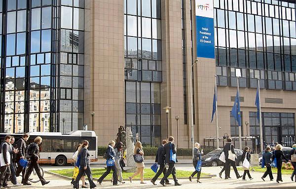 Belgie, Brussel, 28-7-2011Gebouwen van het Europees parlement in de wetstraat. Een groep duitsers heeft een bezoek gebracht aan een van de gebouwen en gaan met eu-tasjes naar hun bus.Foto: Flip Franssen/Hollandse Hoogte