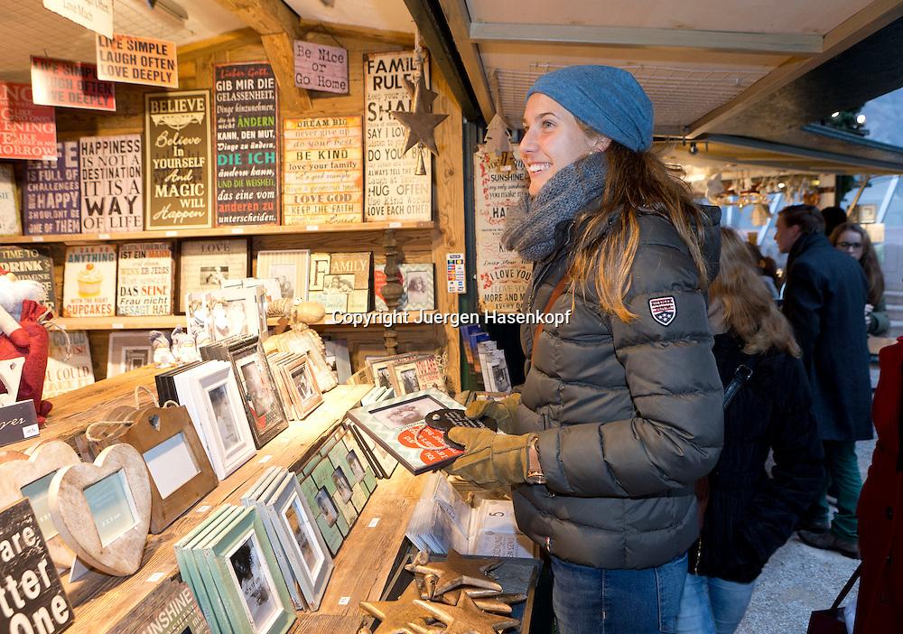 European Tennis Base (ETB) in Hallein Naehe Salzburg, Antonia Lottner (GER) auf dem Weihnachtsmarkt in Salzburg,Einzelbild,<br /> Halbkoerper,Querformat,privat,