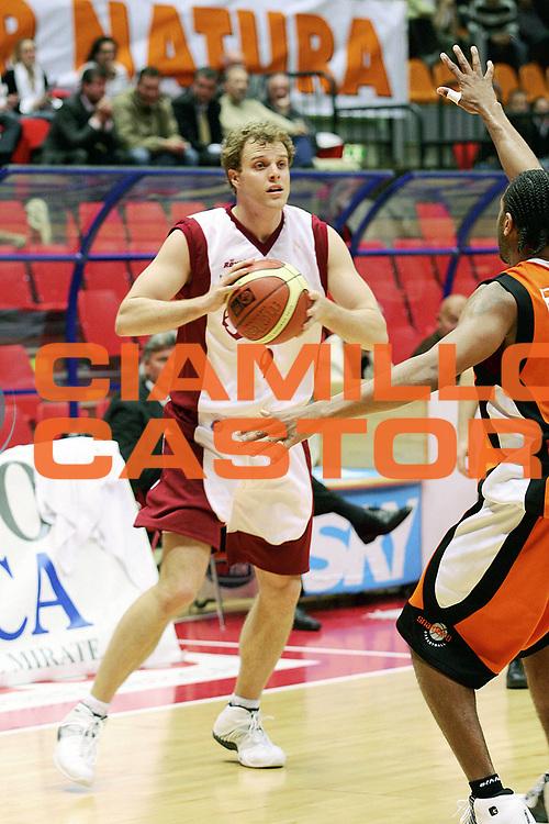DESCRIZIONE : Livorno Lega A1 2005-06 Basket Livorno Snaidero Basketball Udine<br /> GIOCATORE : Recker<br /> SQUADRA : Basket Livorno<br /> EVENTO : Campionato Lega A1 2005-2006<br /> GARA : Basket Livorno Snaidero Basketball Udine<br /> DATA : 09/04/2006<br /> CATEGORIA : Passaggio<br /> SPORT : Pallacanestro<br /> AUTORE : Agenzia Ciamillo-Castoria/Stefano D'Errico