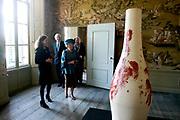Prinses Beatrix opent Museum Oud Amelisweerd. Het museum toont het brede oeuvre van veelzijdig kunstenaar Armando.<br /> <br /> Princess Beatrix opens Museum Old Amelisweerd. The museum shows the broad work of versatile artist Armando.<br /> <br /> Op de foto / On the photo: <br />  Prinses Beatrix krijgt een rondleiding door het museum / Princess Beatrix gets a tour of the museum