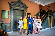 Koning Willem-Alexander, Koningin Maxima met hun dochters Prinses Amalia, Prinses Alexia en Prinses Ariane tijdens Koningsdag thuis op Paleis Huis ten Bosch<br /> <br /> King Willem-Alexander, Queen Maxima with their daughters Princess Amalia, Princess Alexia and Princess Ariane during King's Day at home at Paleis Huis ten Bosch