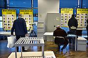 Nederland, Arnhem, 28-12-2013Uitverkoop wegens de opheffing van dit filiaal van luxe warenhuis de Bijenkorf. Ook restanten van het winkelmeubilair is te koop. Het concern wil zich meer richten op internetverkoop. De winkels in Arnhem en Enschede gaan 1 januari dicht.Foto: Flip Franssen/Hollandse Hoogte