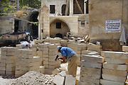 Turkije, Anatolie, 8-6-2011Bouwvakkers bezig met hun werk. De renovatie van een oud gebouw. Stenen worden bijgewerkt om in een boog verwerkt te worden.Foto: Flip Franssen
