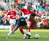 Fotball<br /> Premier League 2004/05<br /> Charlton v West Bromwich<br /> 19. mars 2005<br /> Foto: Digitalsport<br /> NORWAY ONLY<br /> Shaun Bartlett of Charlton and Keiran Richardson of West Brom tussle it out at the Valley