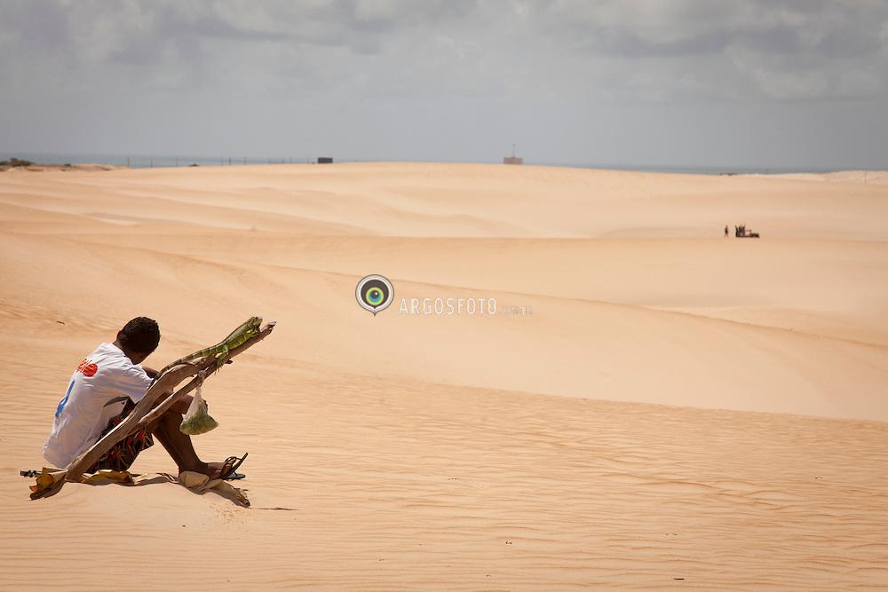 Homem com iguana em Dunas de Pitangui./ Man with iguana in Pitangui Dunes. Rio Grande do Norte, Brasil - 2013