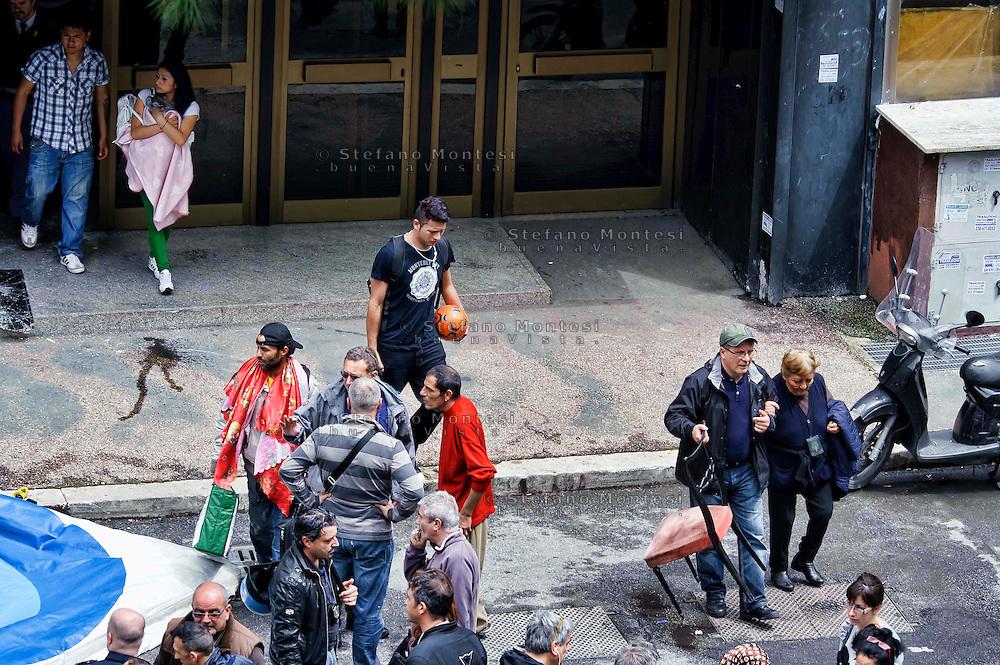 Roma, 2  Maggio 2013.Le forze dell'ordine  hanno sgomberato  uno stabile occupato da un centinaio di persone aderenti ai movimenti per il diritto all'abitare, al quartiere Tor Tre Teste. Si tratta di uno degli stabili occupati durante il  TsunamiTour, quando i movimenti per il diritto all'abitare hanno occupato simultaneamente nove palazzi inutilizzati e invenduti. Le famiglie sgomberata  restano in strada