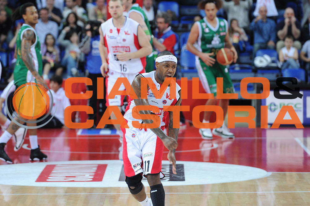 DESCRIZIONE : Pesaro Lega A 2010-11 Scavolini Siviglia Pesaro Montepaschi Siena<br /> GIOCATORE : Andre Collins<br /> SQUADRA : Scavolini Siviglia Pesaro<br /> EVENTO : Campionato Lega A 2010-2011<br /> GARA : Scavolini Siviglia Pesaro Montepaschi Siena<br /> DATA : 10/04/2011<br /> CATEGORIA : esultanza <br /> SPORT : Pallacanestro<br /> AUTORE : Agenzia Ciamillo-Castoria/C.De Massis<br /> Galleria : Lega Basket A 2010-2011<br /> Fotonotizia : Pesaro Lega A 2010-11 Scavolini Siviglia Pesaro Montepaschi Siena<br /> Predefinita :